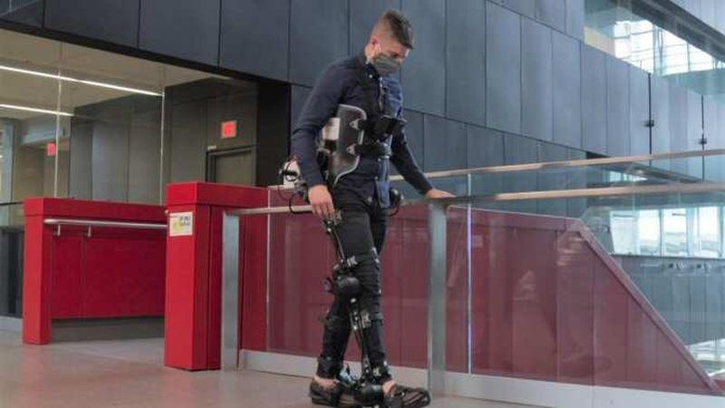 Yürürken kullanıcıya bağımlılığı önlemek için yapay zekaya sahip dış iskelet