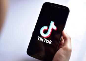 TikTok'ta yeni etiketler ve trend şarkılar nasıl takip edilir?
